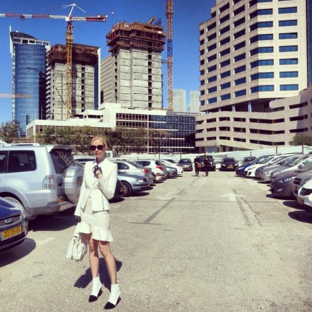 אירה סימונוב באתר הבניה של קניון האופנה של ישראל