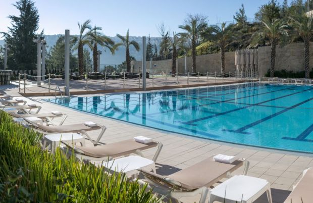 Hotel Yehuda Swimming pool beach chairs